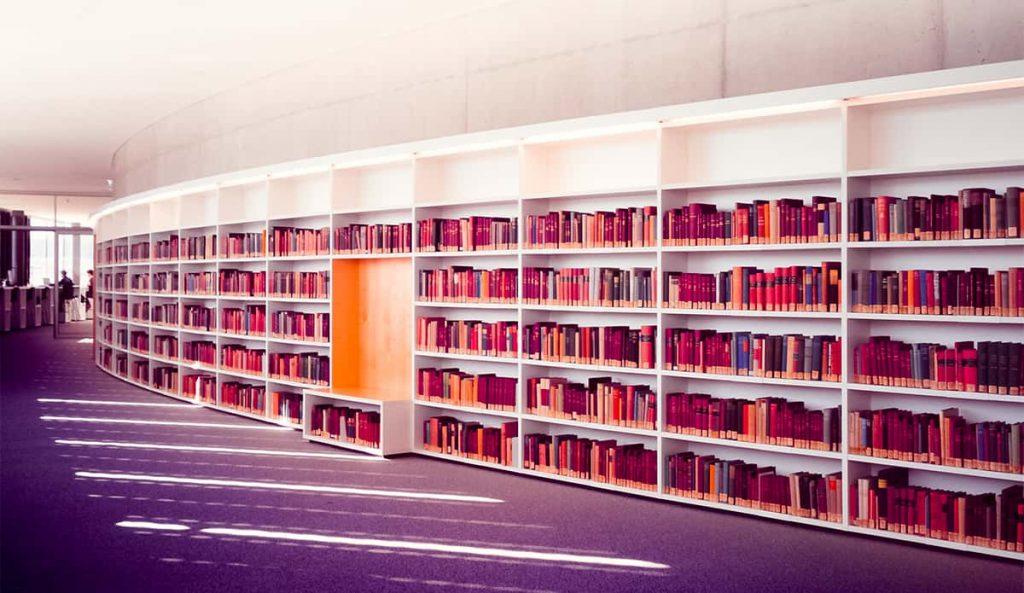 Estanterías de una biblioteca