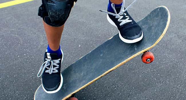 Pies d eniño patinando con un skate