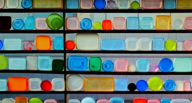 Tuppers de plástico en una estantería