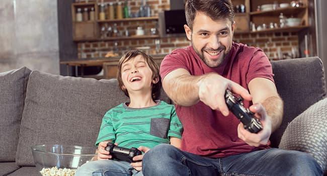 niño jugando a la play con su padre