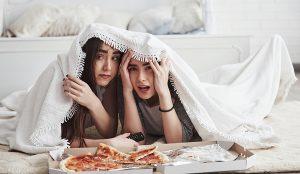 Chicas viendo película de terror