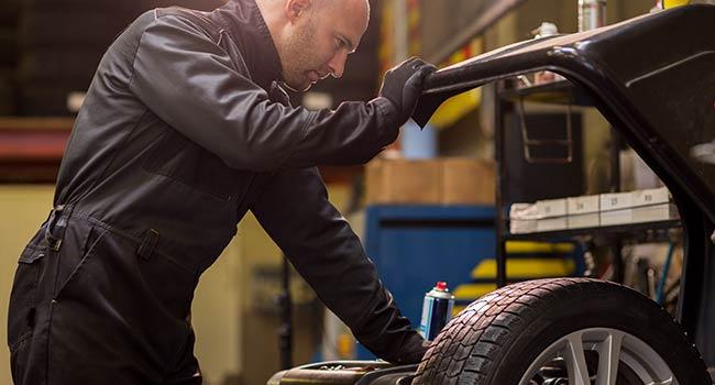 Revisión de ruedas en taller de mecánica