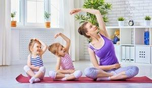Madre e hijas practicando yoga