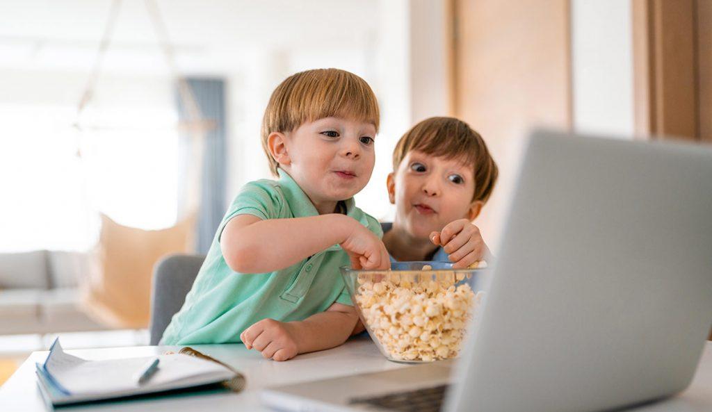 Niños viendo una película